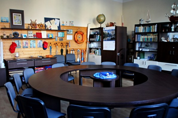 wnętrze sali, okrągły stół ikrzesła