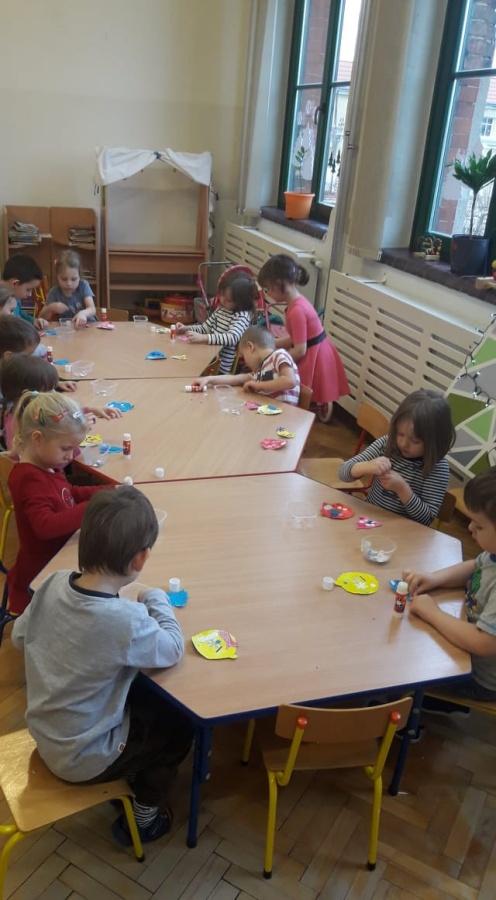 Dzieci-przygotowuja-ozdoby-choinkowe