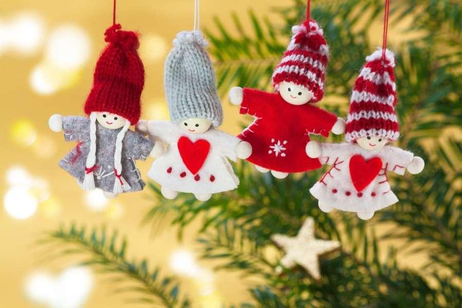 fragment gałązki choinkowej z ozdobami świątecznymi