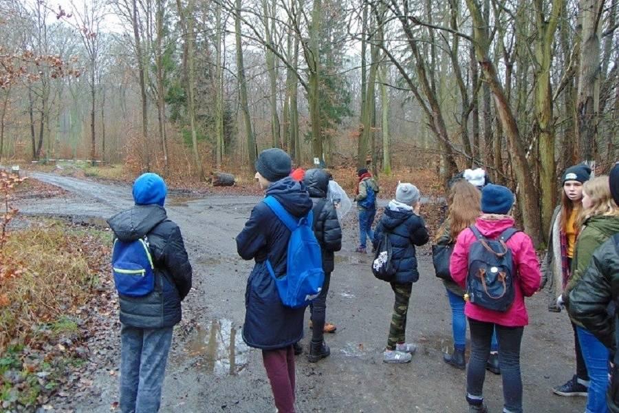 grupa młodzieży na szlaku