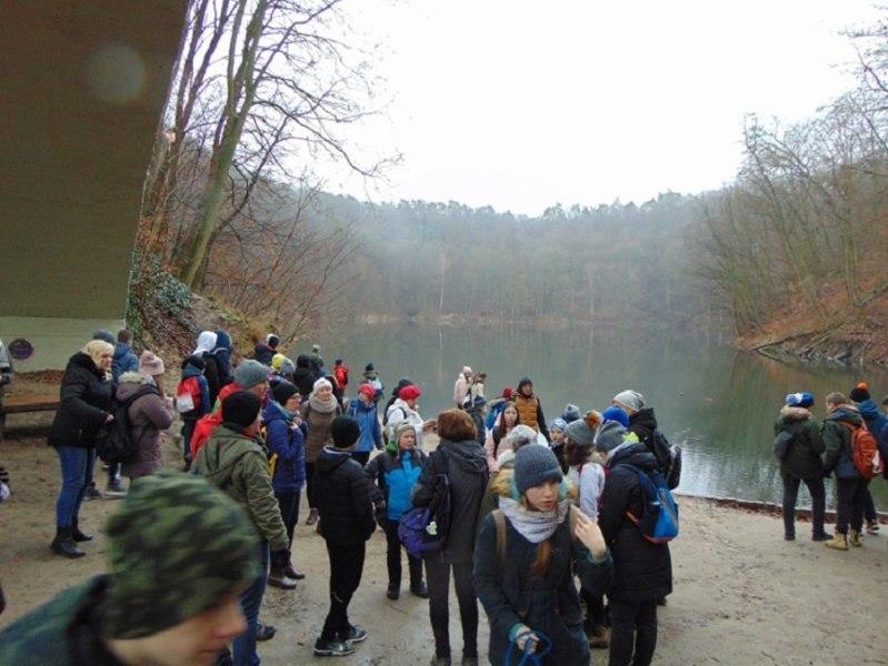 grupa uczniów nadbrzegiem jeziora Szmaragdowego