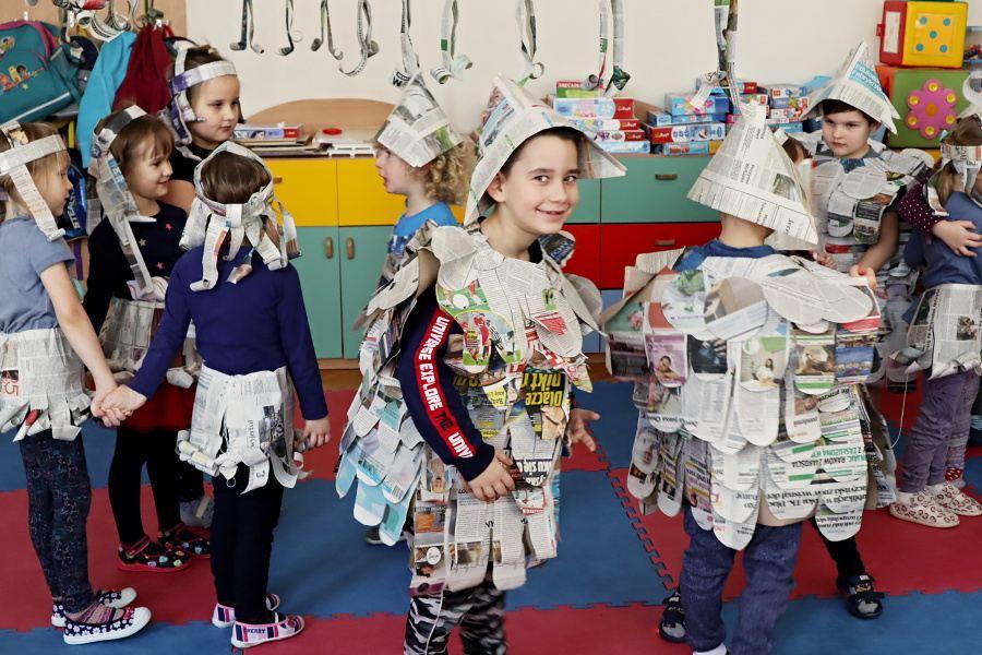 przedszkolaki w gazetowych strojach