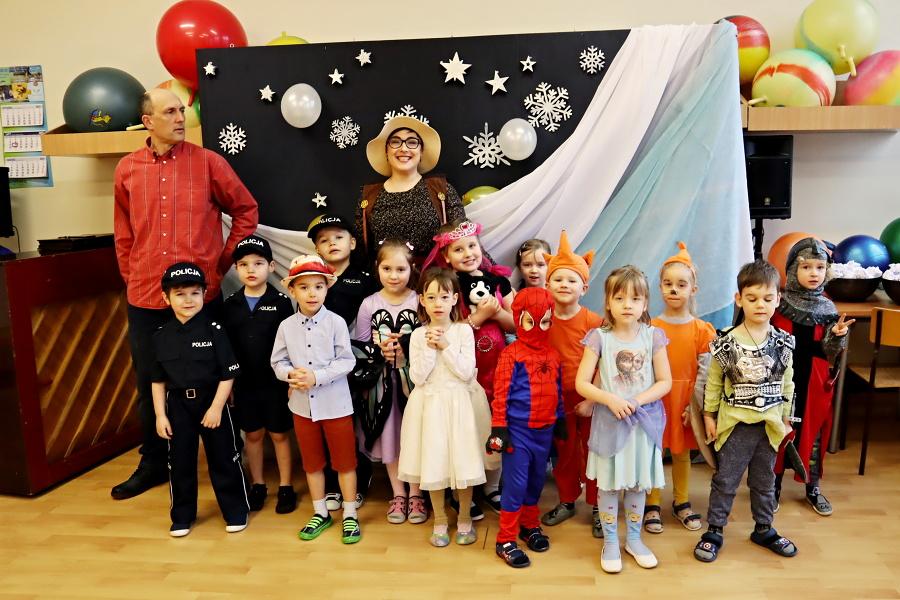 grupa przedszkolaków strojach karnawałowych z opiekunkami