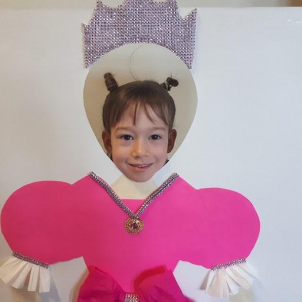 dziewczynka pozuje dozdjęcia wroli księżniczki