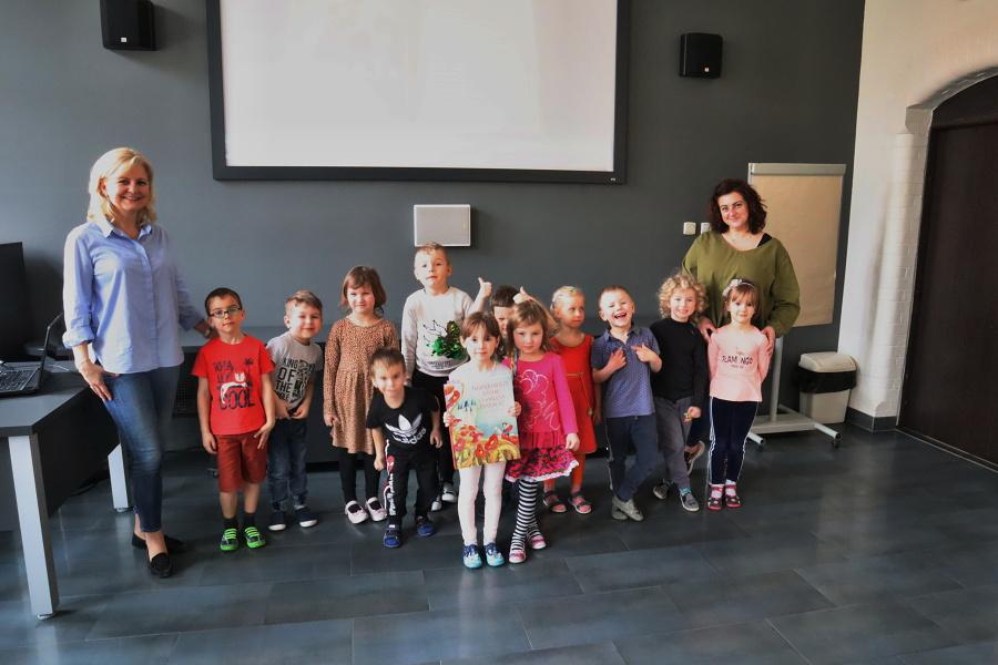 zdjęcie grupy przedszkolaków