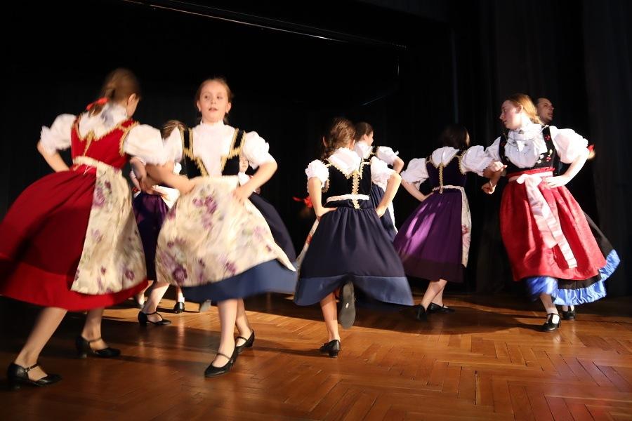 występy na scenie dzieci w strojach ludowych
