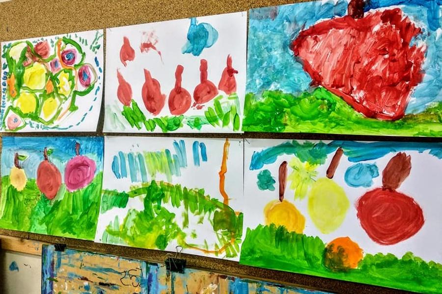 sześć prac plastycznych dzieci przedstawiających jabłka