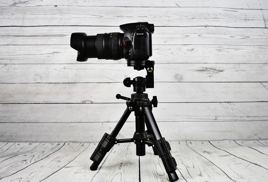 Aparat fotograficzny na statywie