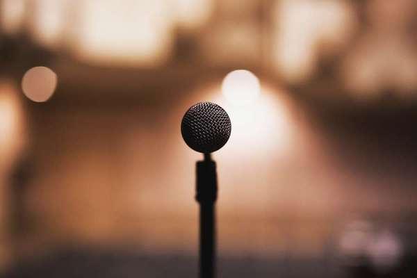 mikrofon narozmytym bezowym tle