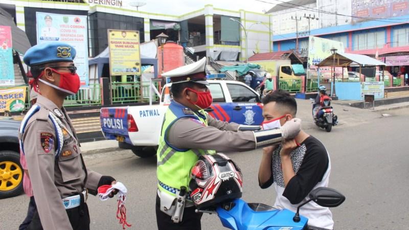 Hari Pertama Ops Patuh, Satlantas Polres Barsel Bagikan 300 Masker Merah Putih