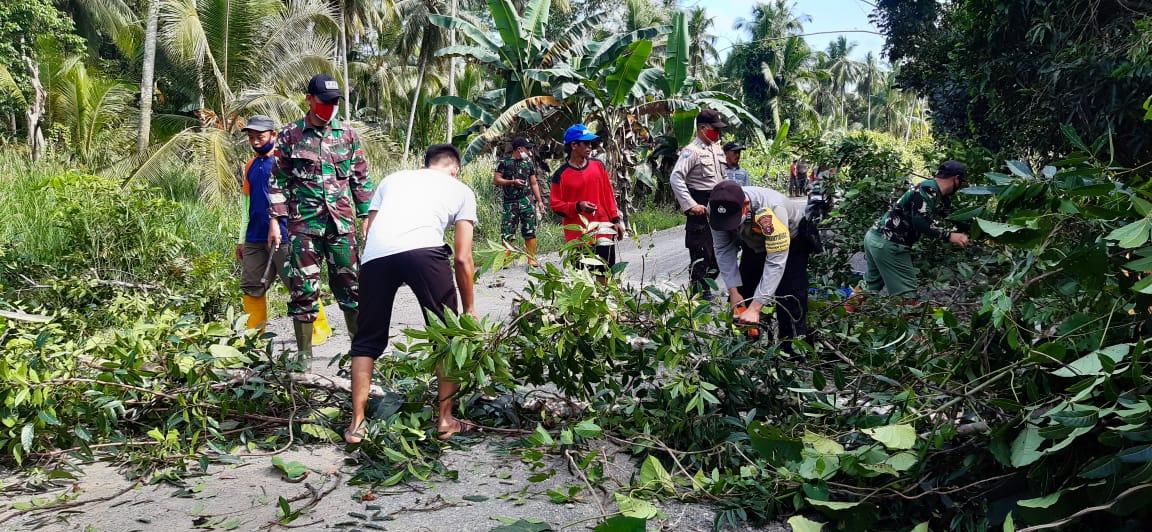 Sinergitas TNI-Polri dan masyarakat Lakukan Kerja Bakti Bersihkan Pemotongan Pohon yang ada di pinggir jalan