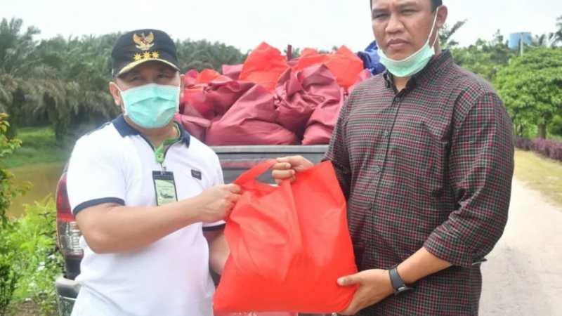Gubernur Sugianto Sabran Berikan Bantuan Sembako bagi Warga Korban Banjir di Lamandau