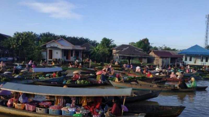 Pasar Terapung Tradisional Muara Kuin Banjarmasin.