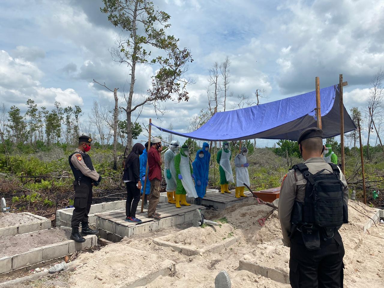 Tim URC Gugus Tugas Palangka Raya, Kawal Proses Pemakaman Suspek Covid-19 Di TPU Km.12