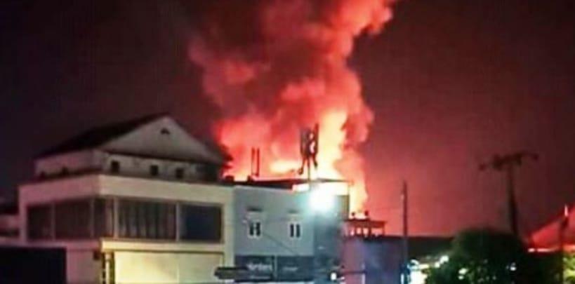 Belasan rumah Dikawasan Padat Penduduk Terbakar Dan Satu Hotel