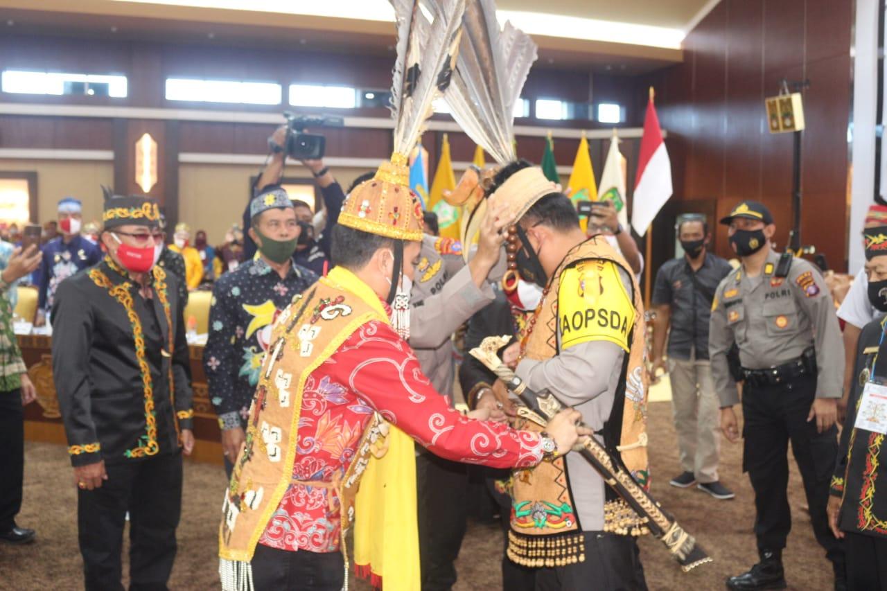 Hadiri Rakor Damang dan DAD Kalteng, Kapolda Kalteng Terima Penganugrahan Gelar Adat Dayak