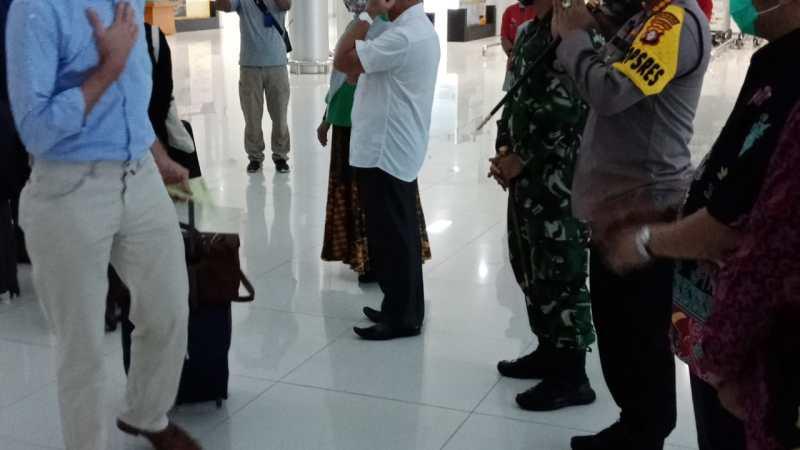 Wakili Kapolda Kalteng, Kapolresta Palangka Raya Sambut Kedatangan Dubes Belanda Di Bandara Tjilik Riwut