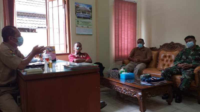 Babinsa Tipes Bersama Dinas Kesehatan, Satgas Jogo Tonggo Adakan Rapat Singkat Penerapan Edukasi PPKM Mikro