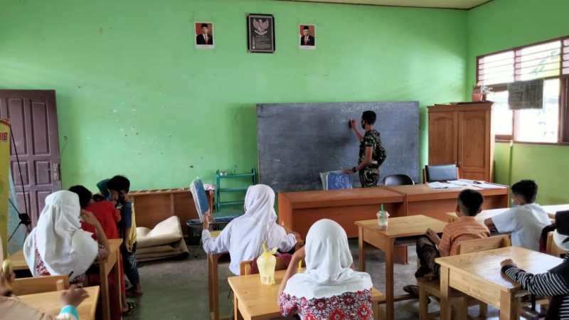 Anggota Satgas TMMD Ajari Siswa Pelajaran Pendidikan Agama Islam