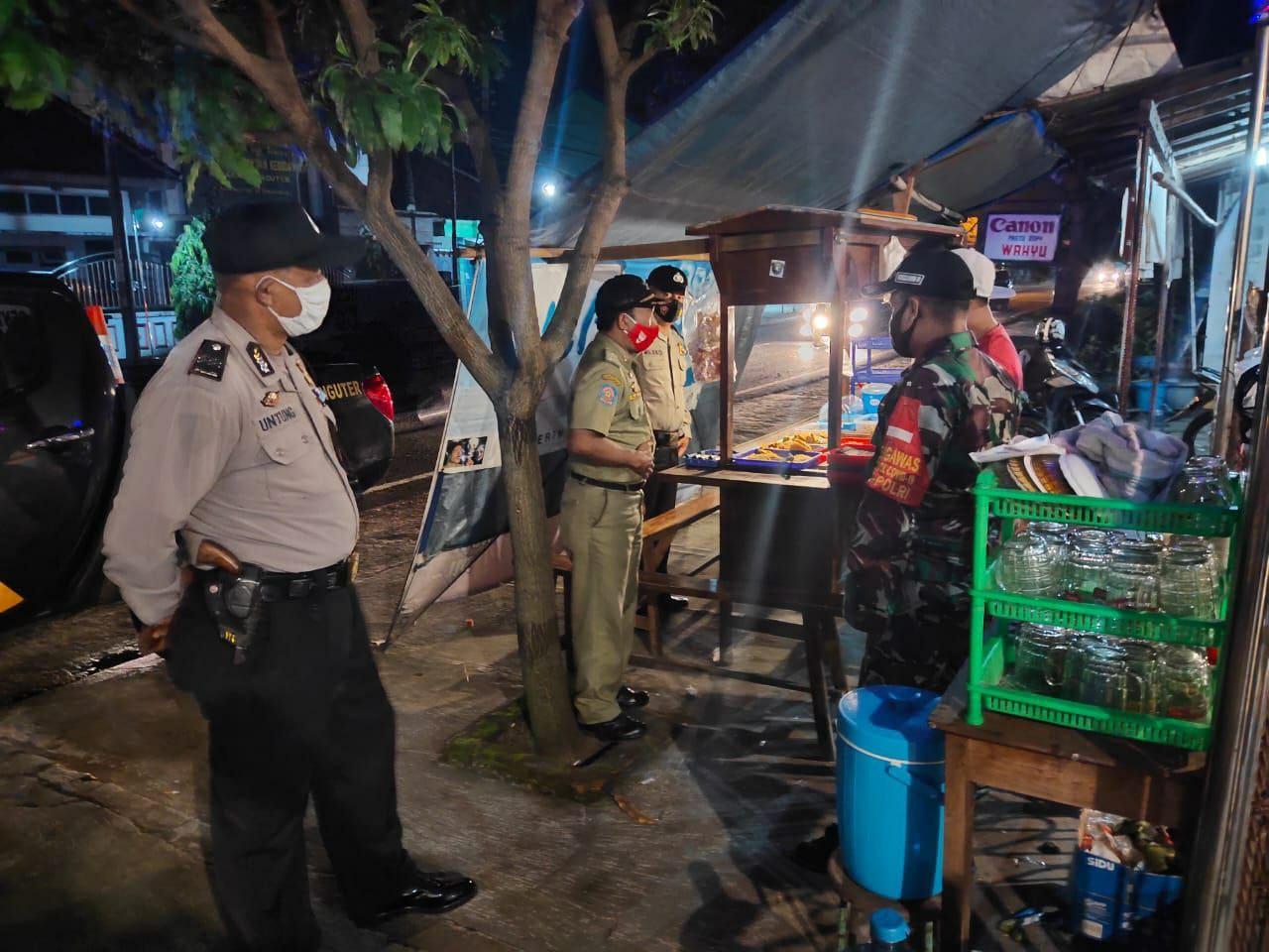 Koramil 02/Nguter dan Polsek Nguter Giat Patroli Himbau Warga Patuhi Prokes 5M Cegah Covid 19