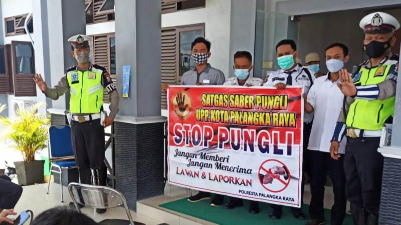 Satlantas Polresta Palangka Raya kunjungi Kantor Dukcapil Sosialisasikan Saber Pungli kepada Masyarakat