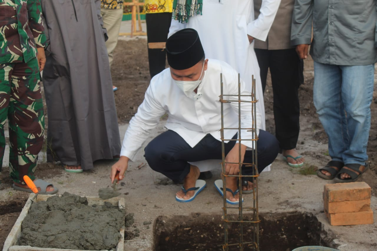 Peletakan Batu Pertama Pembangunan Mushalla Syarifah Fatmah Albahasyim, Oleh H.Sugianto Sabran.