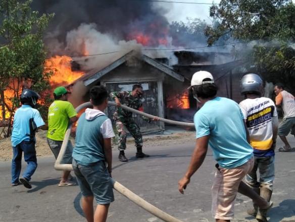 Babinsa Koramil Birayang Bantu Padamkan Api Kebakaran Rumah Warga