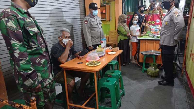 Malam Hari Koramil 07/Gatak Terus Laksanakan Himbauan Penegakan Protokol Kesehatan 5M