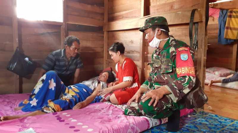 Babinsa Koramil 01/Pahandut Jenguk Salah Satu Warga Binaan Yang Sedang Sakit