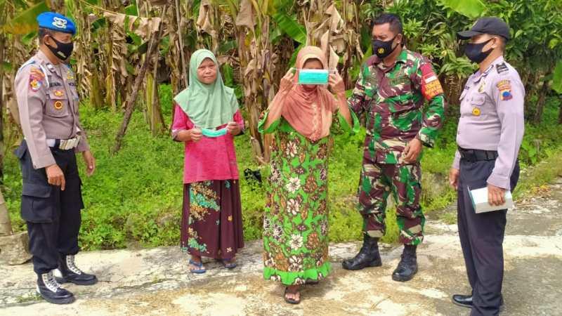 Koramil 05/Weru Bagi Masker, Cegah Penyebaran Covid-19