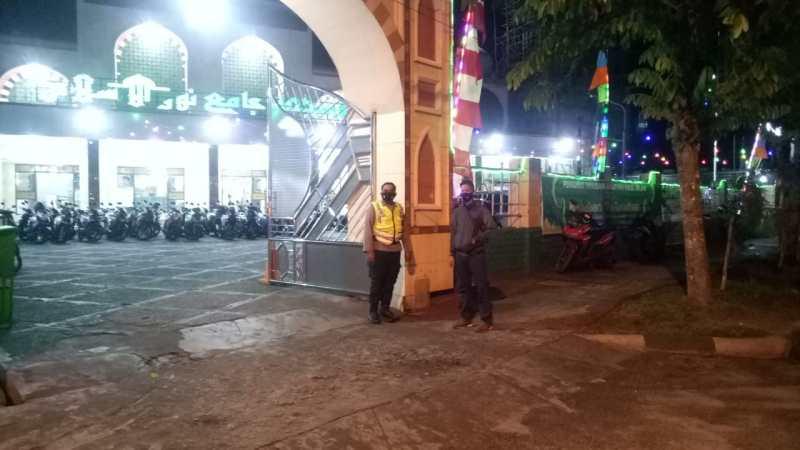 Personil Polsek Pahandut Laksanakan Pengamanan Ibadah Shalat Tarawih di Masjid Nurul Islam