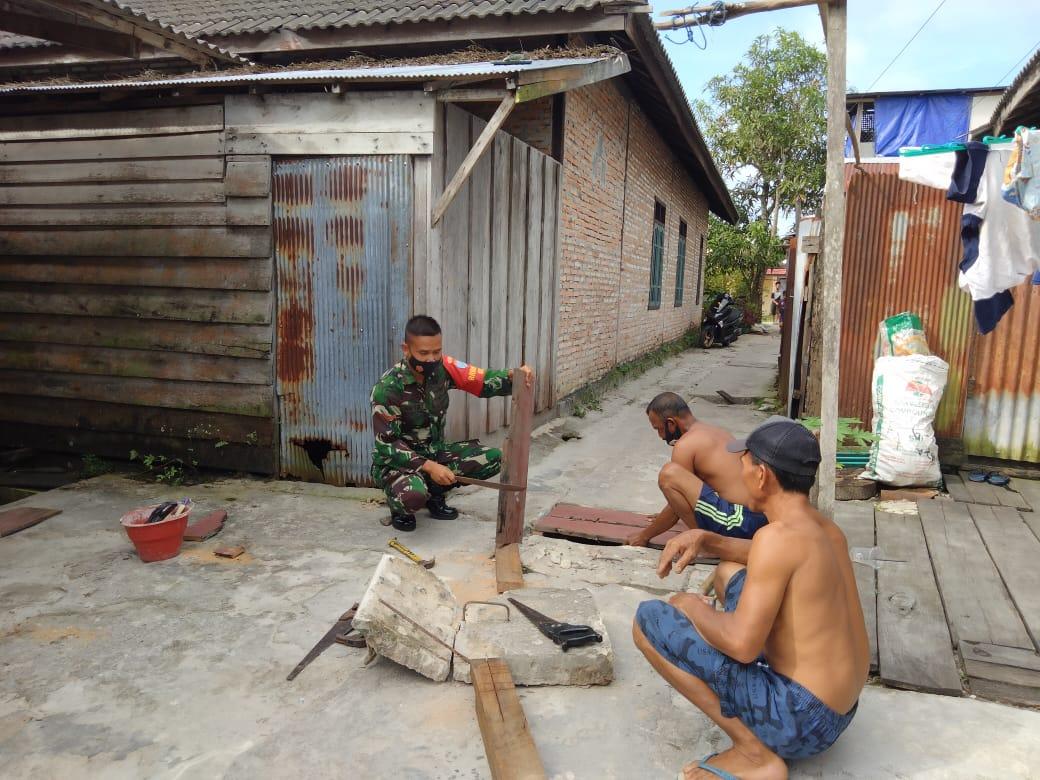 Babinsa Kumai Hilir Bantu Warga Buat Penutup Saluran Air, Wujud TNI- Rakyat