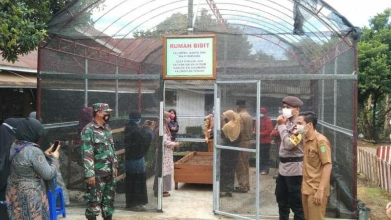 Babinsa Bangun Jaya Dampingi Bupati Sukamara Kunjungan Ke Daerah