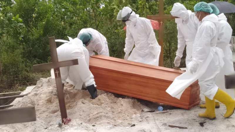 Bhabinkamtibmas Polsek Pahandut Dampingi Prosesi Pemakaman Pasien Positif Covid-19