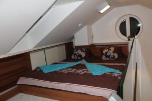 Prostorná manželská postel v romantické ložnici