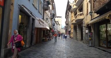 Uma rua do centro da histórica cidade de Aosta