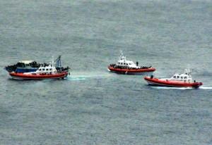 A Lampedusa il barcone alla deriva a bordo c'erano oltre 400 profughi