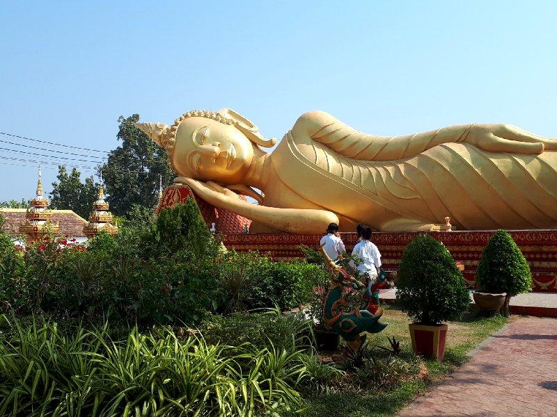 reclining buddha vientiane pha that luang