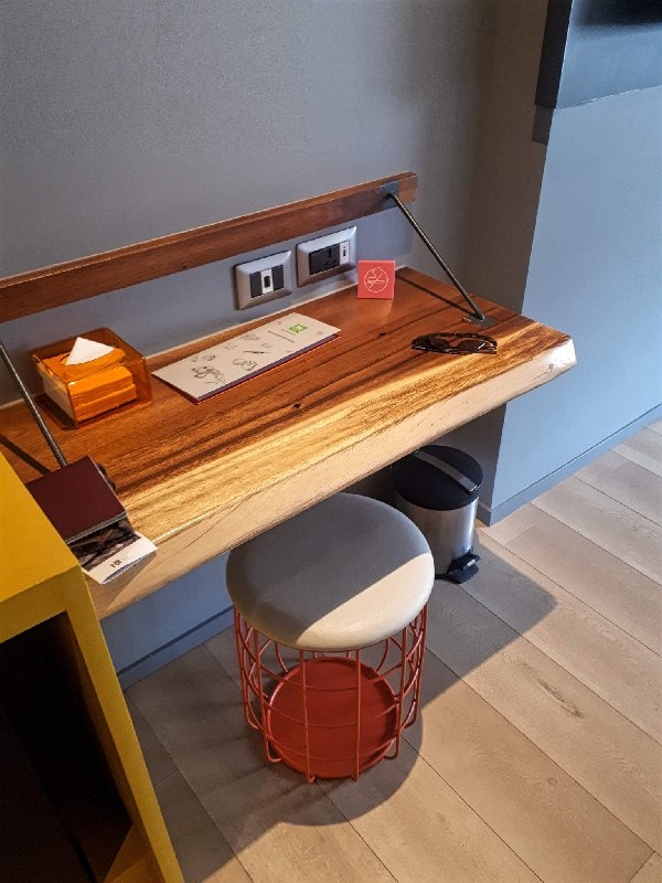 ibis styles desk