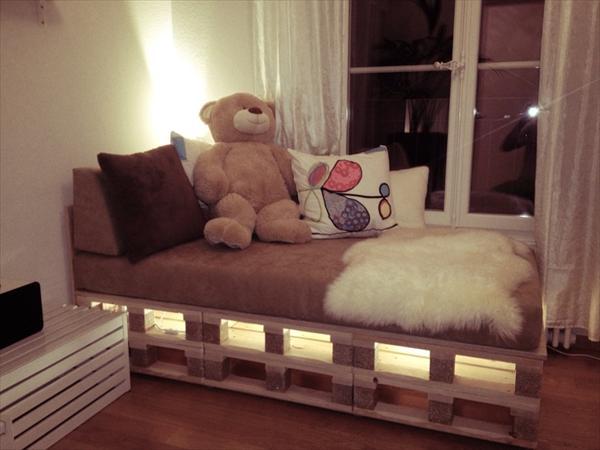 DIY Wooden Pallet Beds | Pallet Furniture Plans on Bed Pallet Design  id=51318