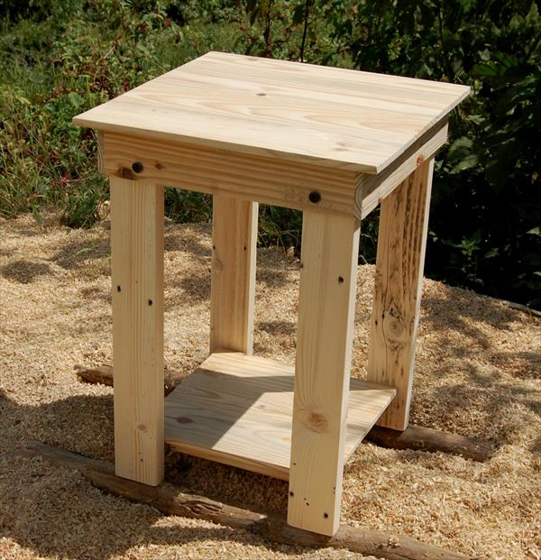 sanded pallet side table and nightstand | pallet furniture plans