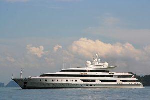 """""""Yacht Indian Empress in Thailand"""" von Sdekker - en wikipedia. Lizenziert unter Gemeinfrei über Wikimedia Commons - https://commons.wikimedia.org/wiki/File:Yacht_Indian_Empress_in_Thailand.jpg#/media/File:Yacht_Indian_Empress_in_Thailand.jpg"""