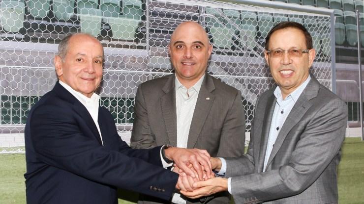 Fabio Menotti/Ag Palmeiras/Divulgação_Charles Martins, Maurício Galiotte (presidente do Verdão) e Carlos Wizard Martins estiveram presentes no evento