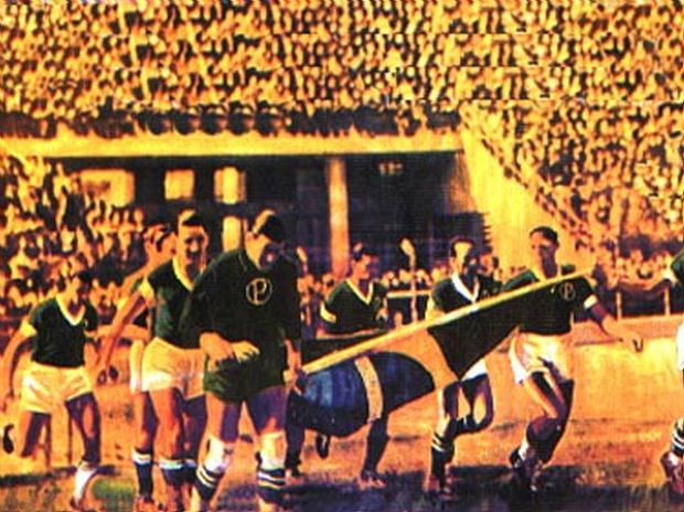 Palmeirenses entram em campo com a bandeira do Brasil.