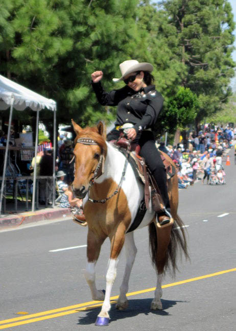 Cowgirl%20and%20Nicole%20Swallow%20Days%20Parade%202010b