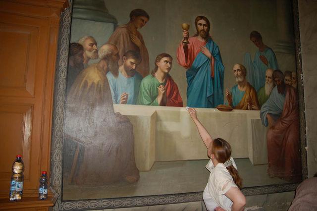 Очистка участка живописи для проведения анализа. © Иерусалимское отделение ИППО