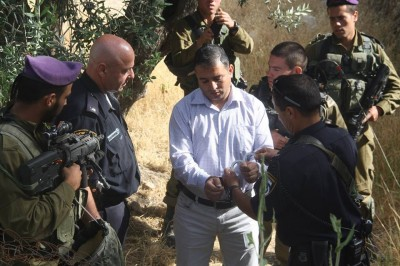 Jawad Abu Eysheh being handcuffed and arrested (Photo by Youth Against Settlements)