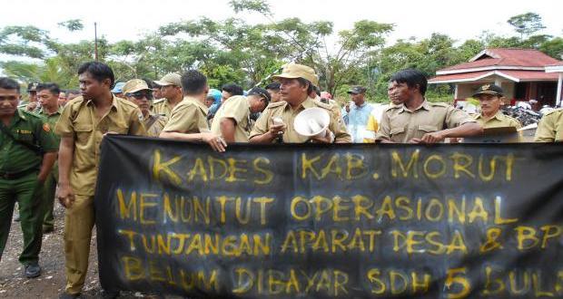 Puluhan Kepala Desa Demo Bupati Morut