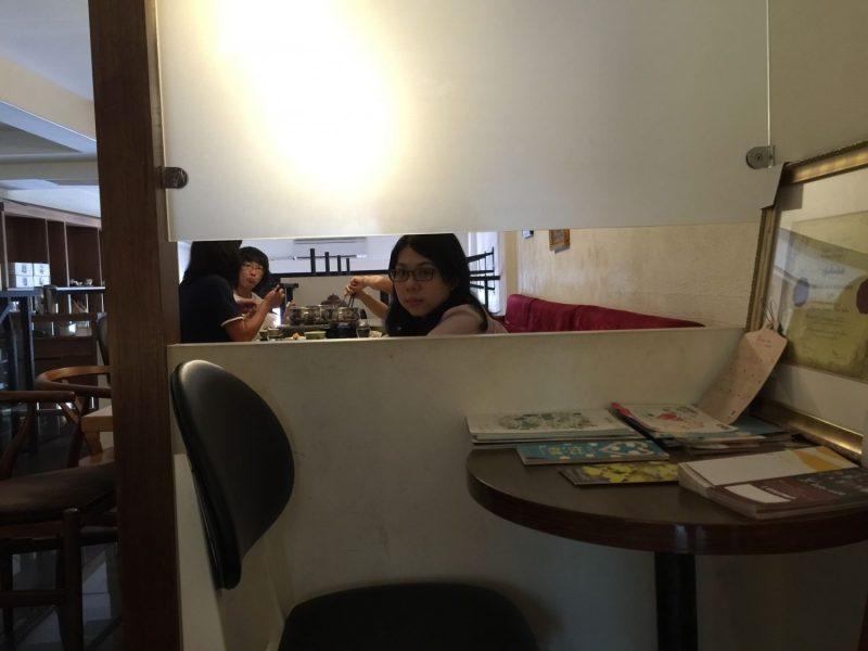 Izzy Cafe 安平總店的二樓。艾瑪正對著隔壁婆媽的吵雜聲感到無言。