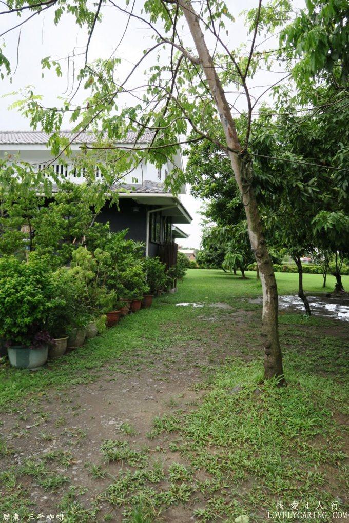 旁邊的小庭院